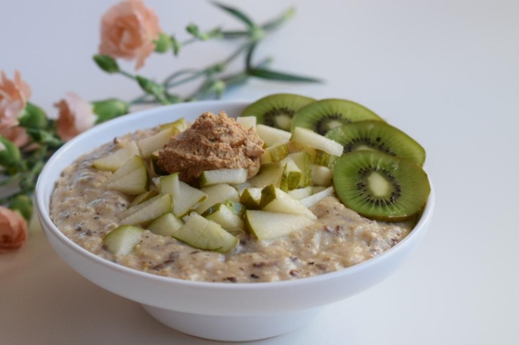 Nötter, fröer och nötsmör passar utmärkt i eller på gröten